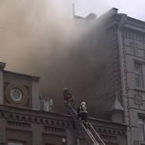 В центре Киева более трех часов тушили хостел